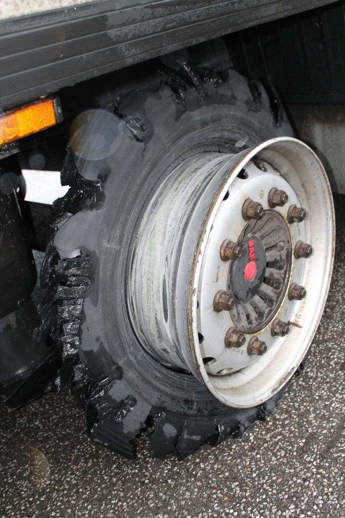 Read more about the article POL-PDKL: Gefahrgut-LKW mit defektem Reifen aus dem Verkehr gezogen