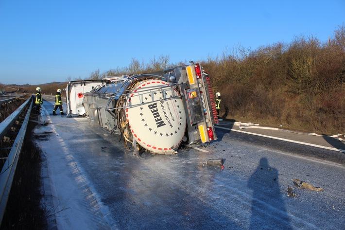 POL-PDKL: Umgekippter Tanklaster, Milch verteilt sich auf Autobahn