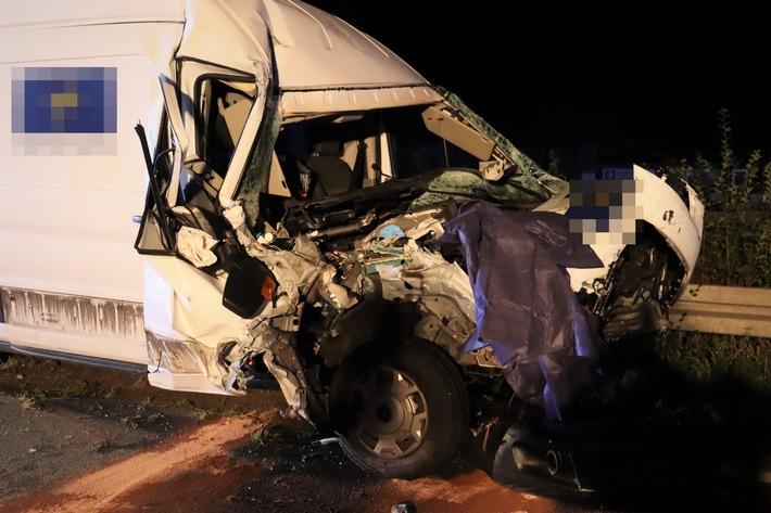 Read more about the article POL-BI: Ford Transit kollidiert mit Lkw – A2 gesperrt