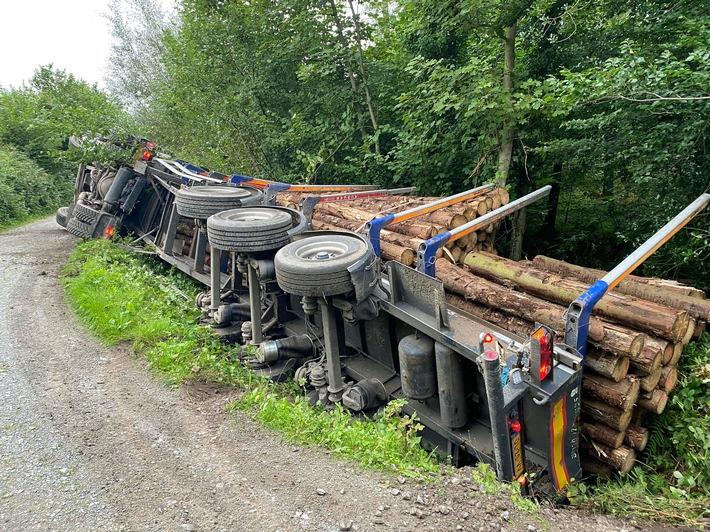 Read more about the article POL-ME: Mit Baumstämmen beladener Sattelzug auf Waldweg verunglückt – 2109010 – Ratingen